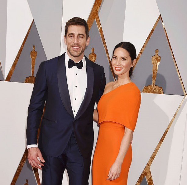 Aaron Rodgers photobombs on Oscars red carpet