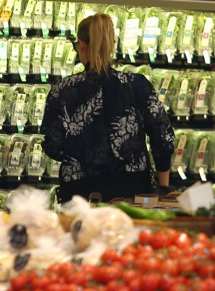 Maria Sharapova Spotted in the Produce Section