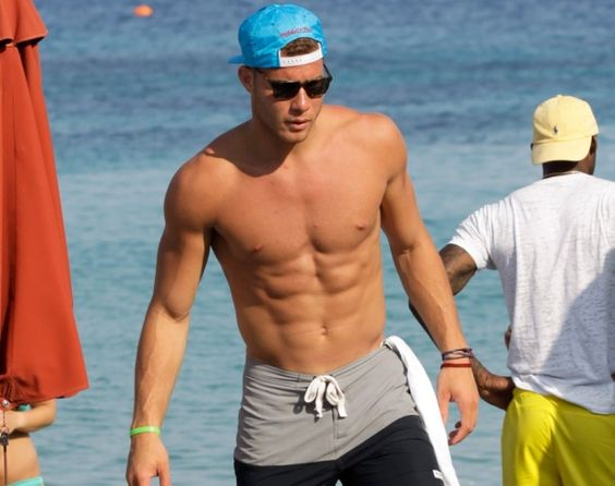 Blake Griffin takes his son paddle boarding in Hawaii